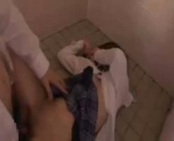 【集団レイプ動画】学校トイレに抵抗しなさそうな大人しい女子校生を呼び出し肉便器にして中出ししたったw