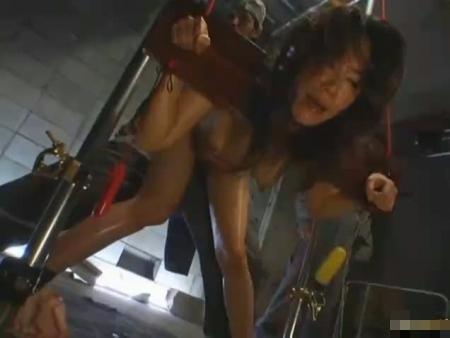 【SMレイプ動画】ギロチンに拘束された美女を薬物と電流で凌辱し弱り切った所に肉棒をぶっ刺す!
