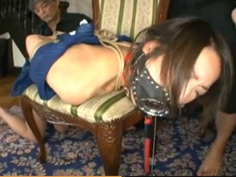 【無修正レイプ動画】清楚な人妻がド変態のSM調教師2人に拘束され肉便器として拷問を受ける...