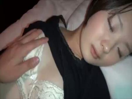 【無修正本物レイプ動画】ガチ注意!ストーカーに睡眠薬で眠らされた女子大生が熟睡中に生姦される一部始終