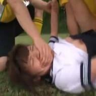 【ロリレイプ動画】セーラー服の女子高生を野外で集団中出しレイプする鬼畜なサッカー部員達・・・