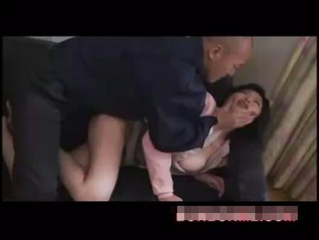 【人妻レイプ動画】白昼の悲劇!亭主の留守中に自宅に強引に侵入した作業服の男に中出しレイプされる人妻・・・