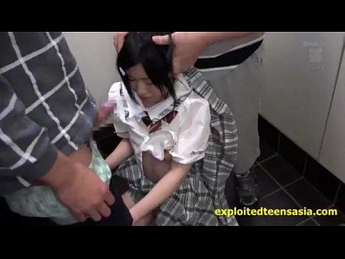 【痴漢レイプ動画】未発達な体のJC少女をマンションが廊下で痴漢に襲われ2本のチンコで地獄イラマチオ!