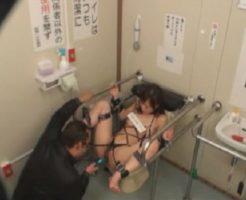 公衆トイレに緊縛されたギャルが性処理肉便器として利用されるw