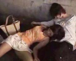 【昏睡レイプ】意識なく道に横たわった女をホテルに連れ込み悪戯する鬼畜集団