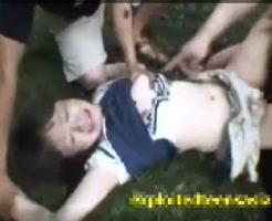 【本物レイプ動画】※ガチ注意!DQNに拉致られた女子大生が泥だらけになりながら輪姦されてしまう・・・