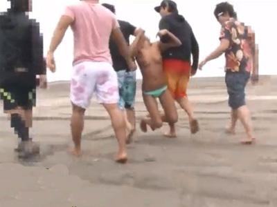 【ガチレイプ動画】生意気なサーファーの黒ギャルを取り囲んで集団輪姦!