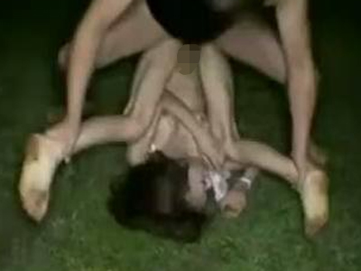 【本物レイプ動画】※閲覧注意、顔騎でイマラチオ!深夜の野外で輪姦され壊された女性の悲惨な映像