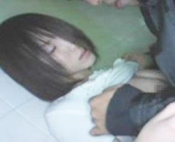 【ガチレイプ】意識朦朧で痙攣して中出しまでされてる・・・泥酔した女性をトイレで犯した個人撮影映像