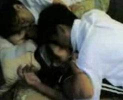 【無修正】制服姿のjc少女が寝ている彼氏の横で同級生に犯されていくガチ寝取り映像・・・
