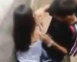 【性的いじめ】※無修正 jkぐらいの少女が同級生の少年達に囲まれ辱めを受けていく闇深映像・・・