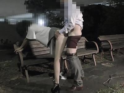 【無修正】大人なのに深夜の公園でヤってるキチガイカップルが個人撮影した中出しハメ撮り流出