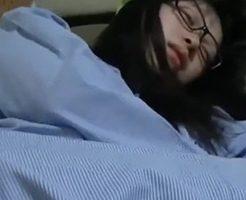 睡眠薬を盛られた女の子!乳首やマンコを弄られて接写撮影されちゃうw