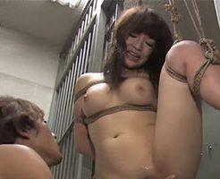 檻の中で緊縛!動けない体に陵辱を受けて犯される女性