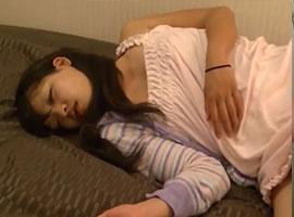 ぐっすり眠っている女の子の身体にイタズラする鬼畜w