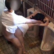 汚い公衆トイレの中で男に好き放題犯される女性…