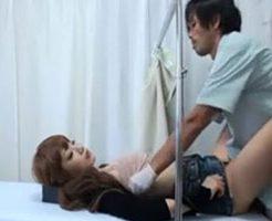 【無修正】産婦人科にやって来たギャル妻がイケメン医師にマンコを弄られ寝取られファック!