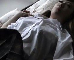 【無修正】ストライプパンツの昏睡JKに悪戯してマンコをクチュクチュと手マンw