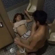 【無修正】トイレで男に襲われ何度もハメられ続けるギャル…