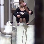 【無修正盗撮】路地裏で放尿しちゃってるギャルたちをこっそりと撮影