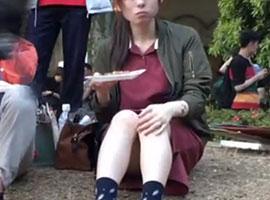 学園祭で出店の食べ物に夢中な可愛い女の子をガチ盗撮w