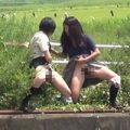 【無修正盗撮】これが今時の女子高生か…河川敷で友達同士でおしっこプシャー