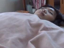 【無修正】眠る女性の布団にカメラを忍ばせパンツをずらしてマンコを激写!