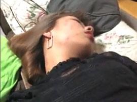 【無修正リベンジポルノ】ぐっすり寝ている元カノのマンコをパンツをずらして手マン悪戯w