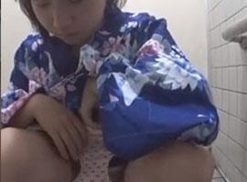 【無修正盗撮】お祭りの最中に和式トイレで用を足す浴衣娘たちを隠し撮り!