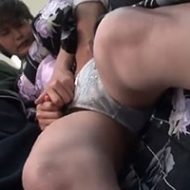 着物姿で満員電車に乗った女性が抵抗できずに激しい手マンで悶絶してしまい…