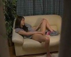 我慢できずにソファーの上で手マンや電マで激しくオナニーする美女