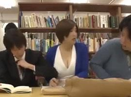 図書館で彼氏が隣にいる美女に痴漢するサラリーマン