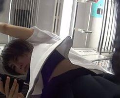 電車でスマホに夢中なJKを下から隠し撮りしてパンツやブラを盗撮!
