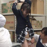 万引きで捕まったJKが事務所で拘束され従業員たちの慰み者に…