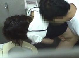 夜道を一人で歩いていた女性がトイレに連れ込まれて号泣レイプ…
