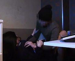 密室のカラオケの中で男に迫られて犯されてしまう女性